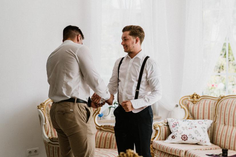 przygotowania pan młody szelki garnitur ślub