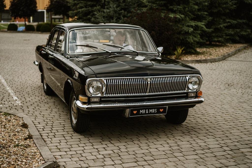 czarna wołga samochód do ślubu