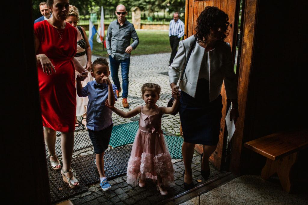 dzieci wchodzą do kościoła