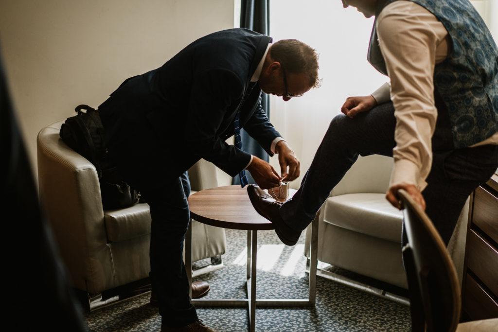 wiązanie butów ojciec pana młodego