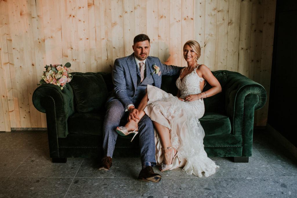 kanapa para ślubna bukiet