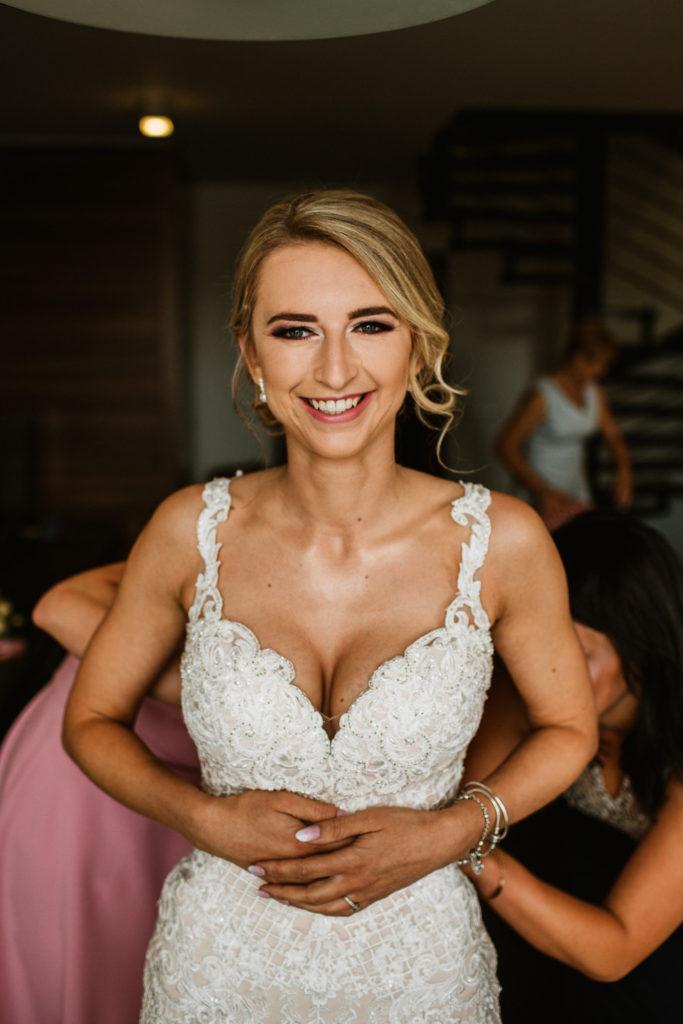 zakłądanie sukni ślubnej pokój hotelowy rado resort