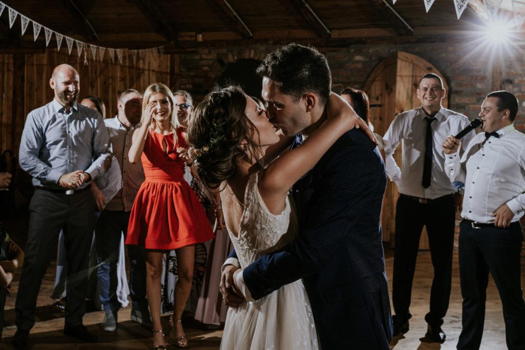 pocałunek wesele para młoda