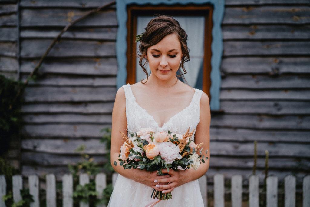 bukiet ślubny jasne kwiaty