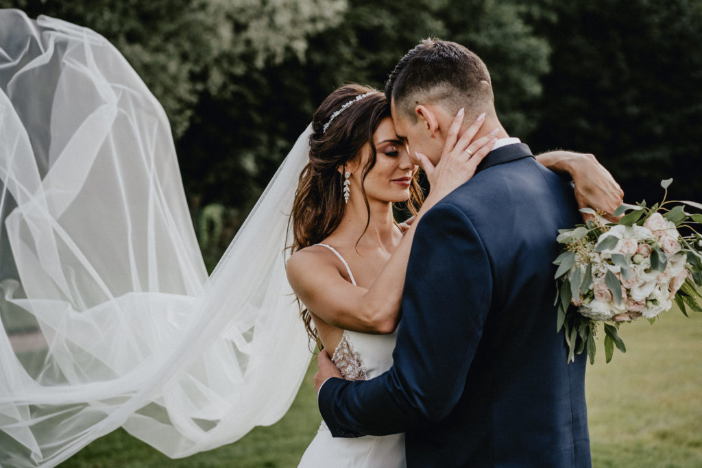plener w dniu ślubu długi welon