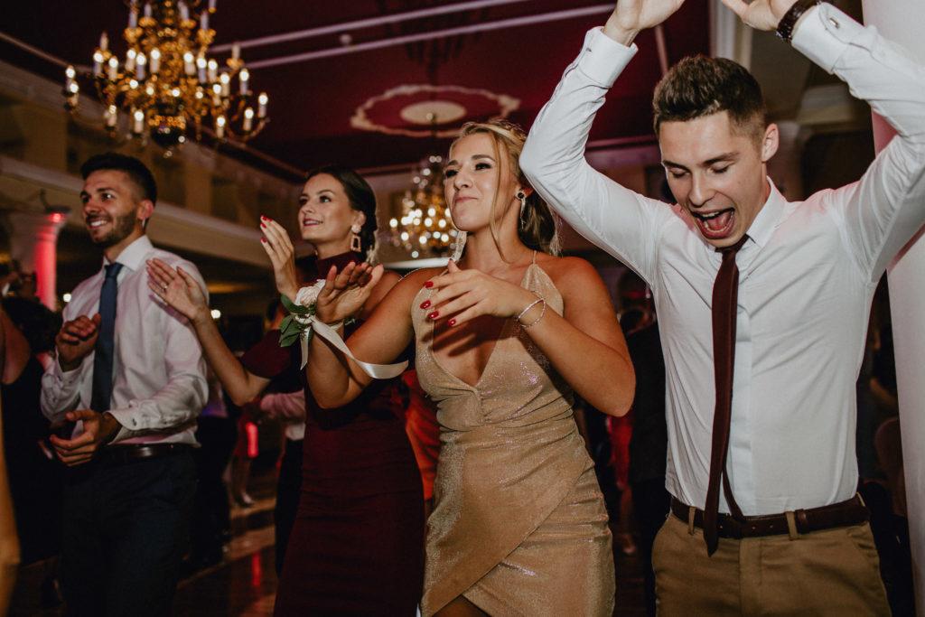 zabawa weselna sukienka na wesele złota