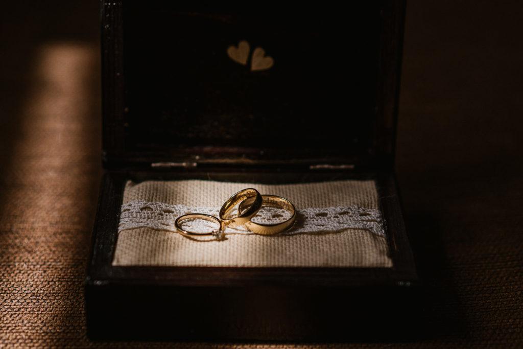 złote obrączki i pierścionek zaręczynowy