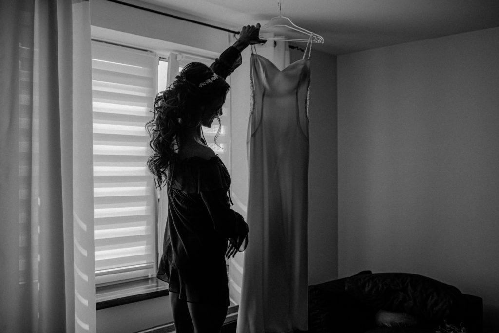 prosta suknia ślubna obcisła
